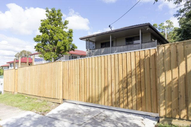 Lapped paling Sliding gate with commercial motor