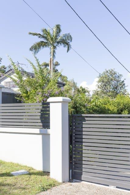 Modular wall wit slat fence