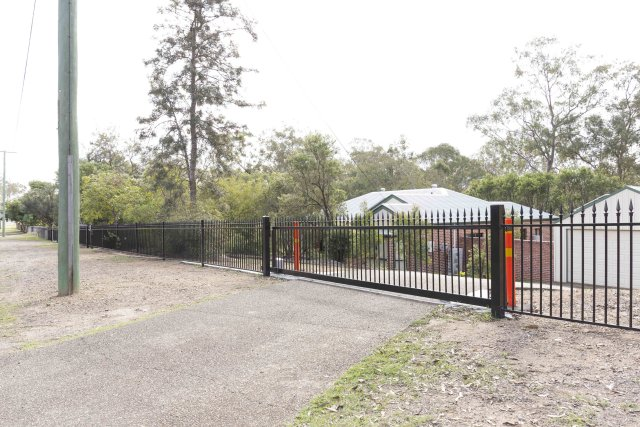Aluminium Sliding Gate Vertical round tubes with T spears and Gate automation